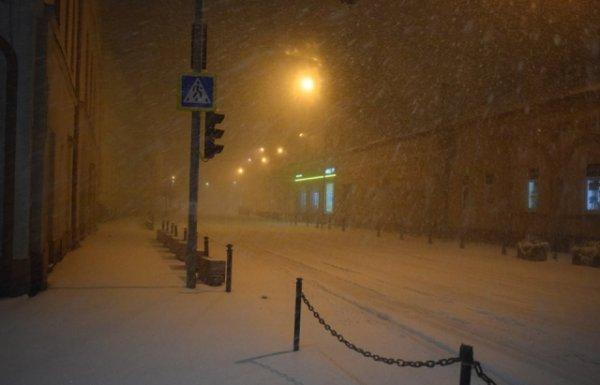 Аномальна погода: Берегово вночі вкрило 15-сантиметровим снігом і вирубило електрику (ФОТО)