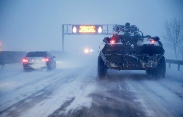 Угорська армія вийшла на допомогу застряглим автомобілям на магістралі М3 (ФОТО)