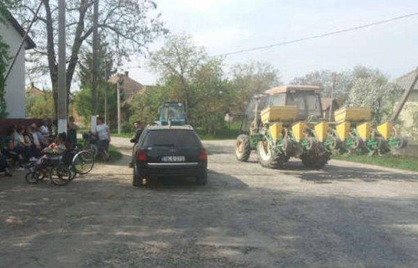 Трактори проти вантажівок: на Берегівщині селяни перекрили дорогу через фури, які руйнують дорогу (ФОТО)