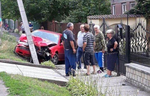 ДТП під Береговом: авто на великій швидкості протаранило стовп (ФОТО)