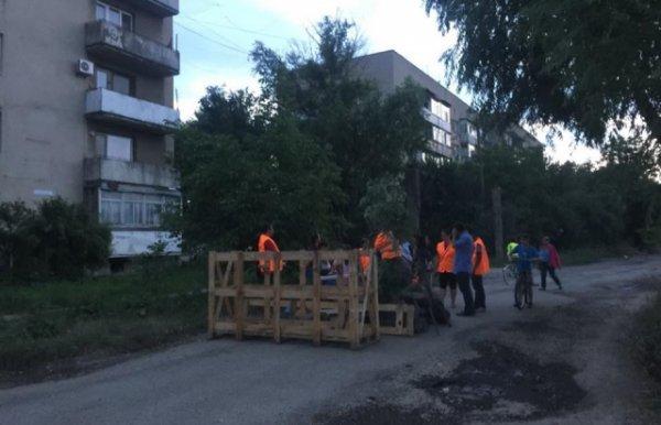 Барикади в Берегові: мешканці перекрили вулицю, протестуючи проти вантажівок (ФОТО)